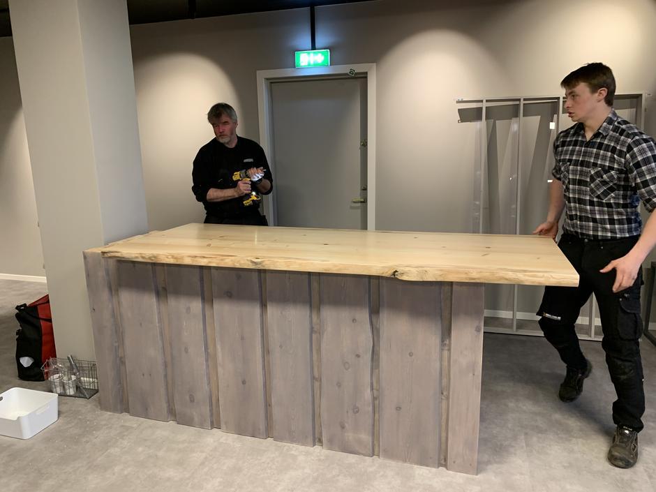 Møbelsnekker Erik Nøkleholm monterer disken vår sammen med sønnen Kristoffer