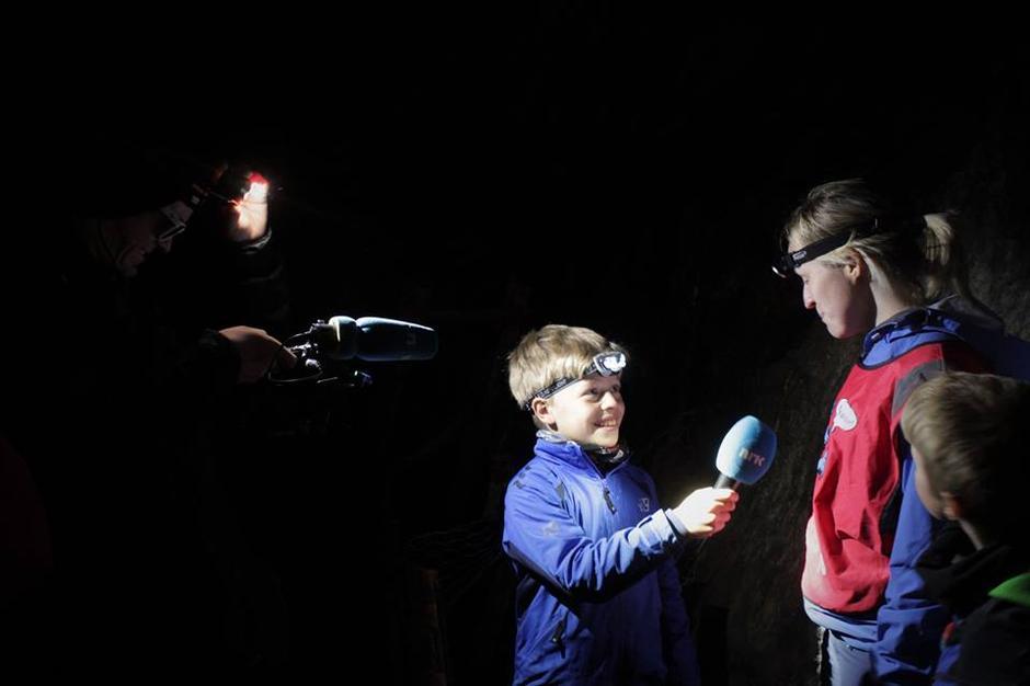 Olav tok på seg rollen som reporter, og turleder Evy svarer så godt hun kan.