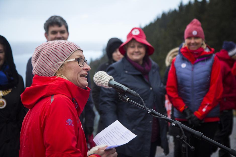 Daglig leder i Bergen og Hordaland turlag, Helene Ødven foran statsminister Erna Solberg og styreleder i DNT, Berit Kjøll