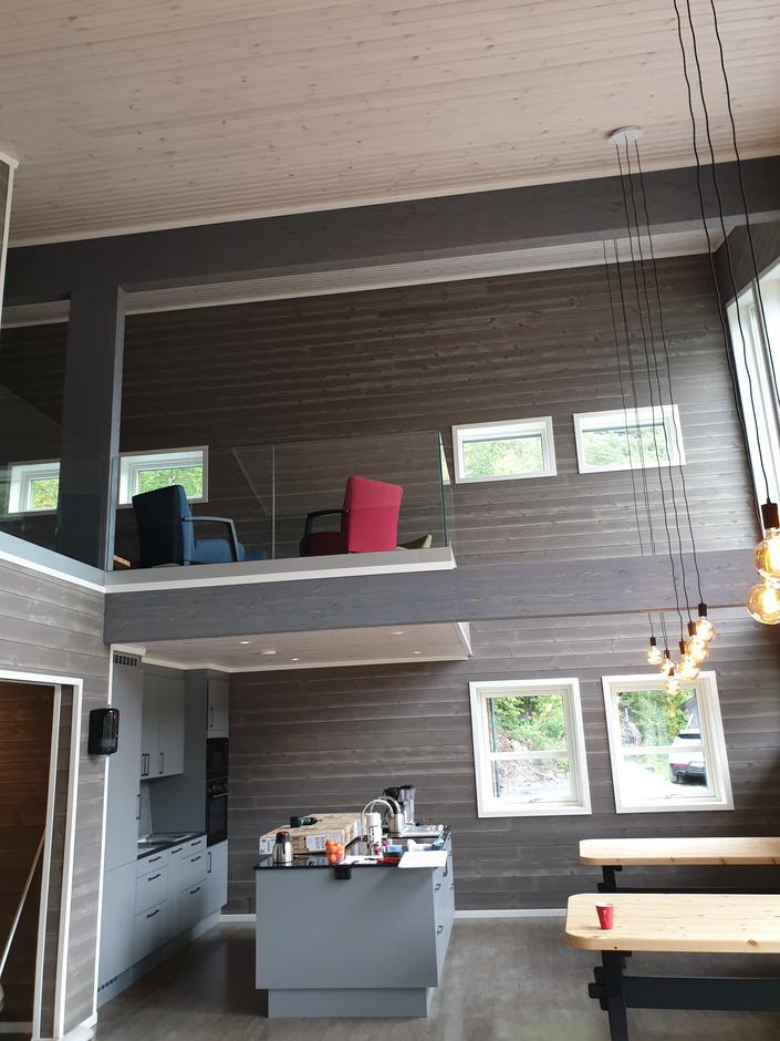 Kjøkkenet med hemsen over.