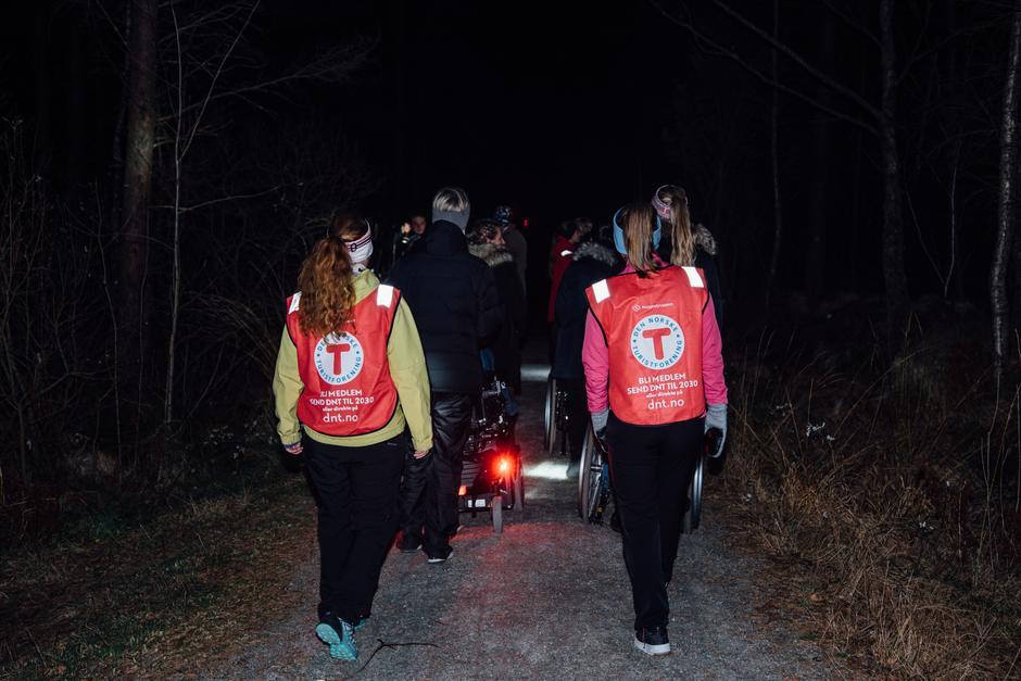 LANG REKKE: Denne kvelden var det 30 deltakere med på turen. Antallet som dukker opp er ganske stabilt, uansett vær.