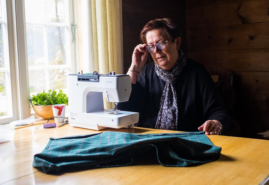 FINE DETALJER: Inger Stokka Fjelde hadde med symaskin hjemmefra for å sy gardiner.