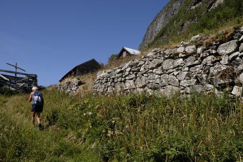 På historisk sti til Nedbergo i Aurland