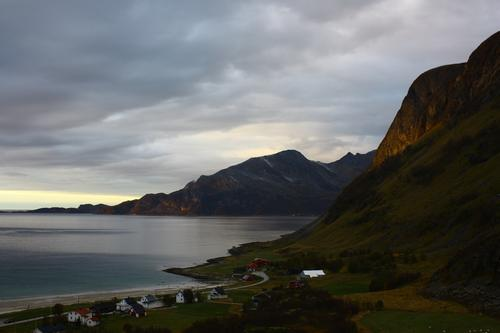 Grøtfjord, Kvaløya i Troms. Et siste glimt av sola i Oktober.