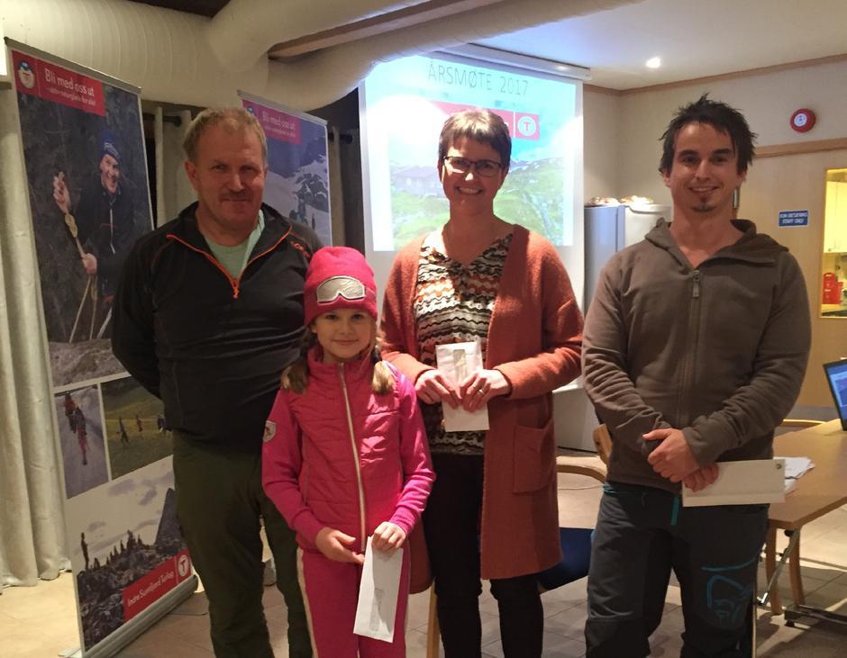 Vinnarane av gåvekorta fekk overrekt premiane på årsmøtet til IST fredag 17. november. Frå venstre Roy Samsonstuen, Kristine Sølvberg, Janne Vedvik Frøysland og Børge Follevåg.