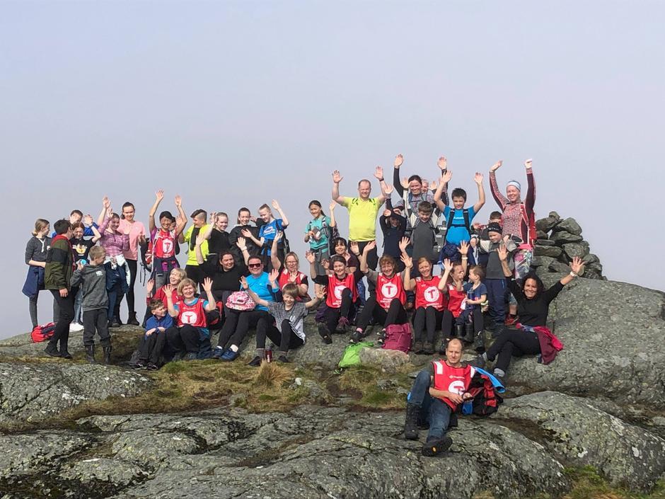 TOPPERS: Hele turfølget samlet på dagens første topp, Veten på Byrkensfjellet