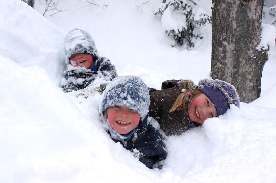 VINTERGLEDE: Ved Vetåbua er det flott å leke og base i snøen.