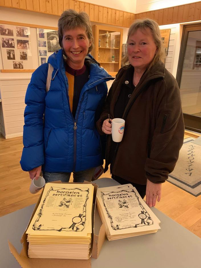 Anne og Anne Lise med ei stor mengd Hornelen-sertifikat som vi no skal ta over.