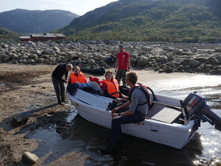 Muligheten for adkomst med båt gjør Nilsebu tilgjengelig for mange. Men det må lages adkomst med fast dekke fra vannet og frem til hytta.