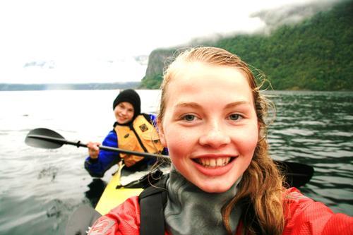 Bildet ble tatt på en padletur i nærøyfjorden. Det er jeg som tar bildet og en av mine bestevenner (Njål) som sitter bak, forteller Yvonne Hauge