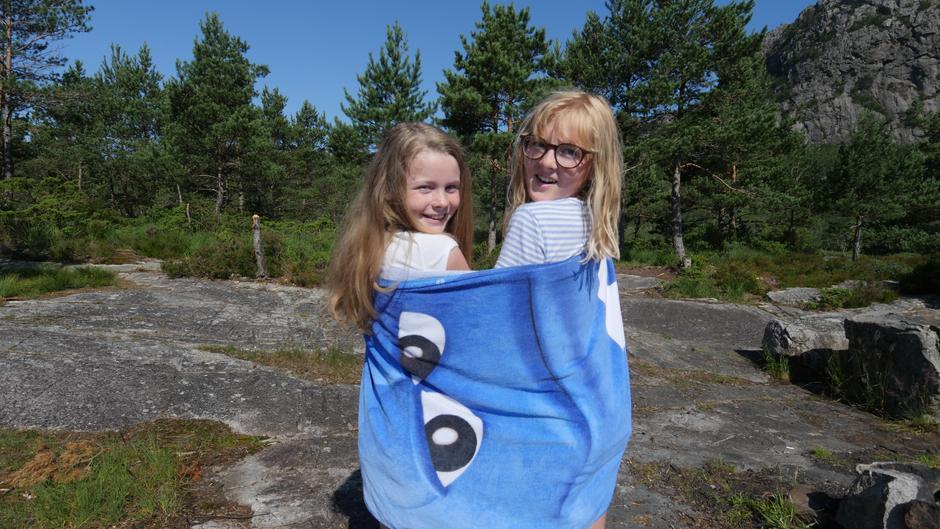 Elise og Isabel finner kreative løsninger for å skifte til badetøy.