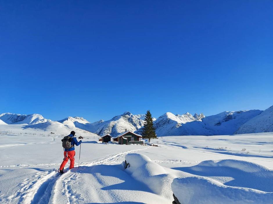 Skiløper på Kavlisetra i Isfjorden.