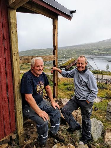 Utedassens venner, Otto og Vidar, sørger for bedre sanitær forhold for Kalhovds ubetjente del. Hva skulle vi gjort uten dugnadshelter?