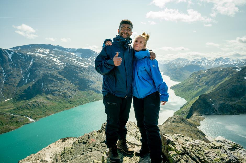 Arman Surizehi og Kristine Bremnes på Besseggen, en ikonisk tur i Jotunheimen.