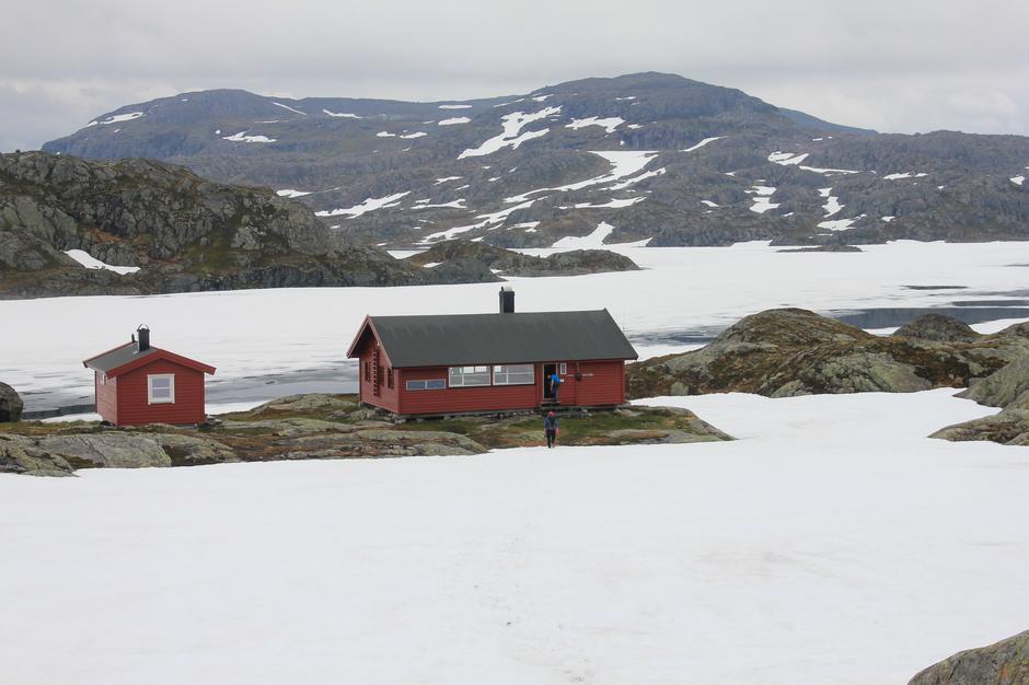 Flere vann har forsatt mye is. Her fra Krossvatn.