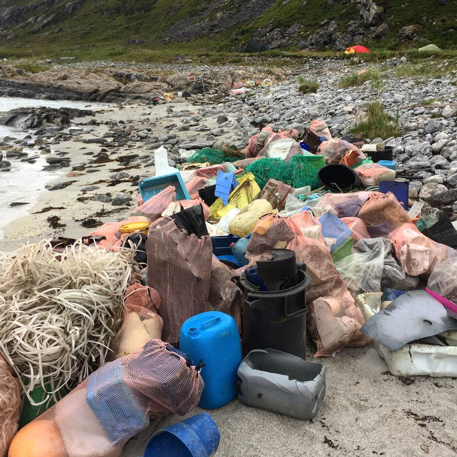Dette bildet er fra en tidligere søppelaksjon gjennomført i Saksfjorden på Sørøya. Det viser omfanget av marint søppel.