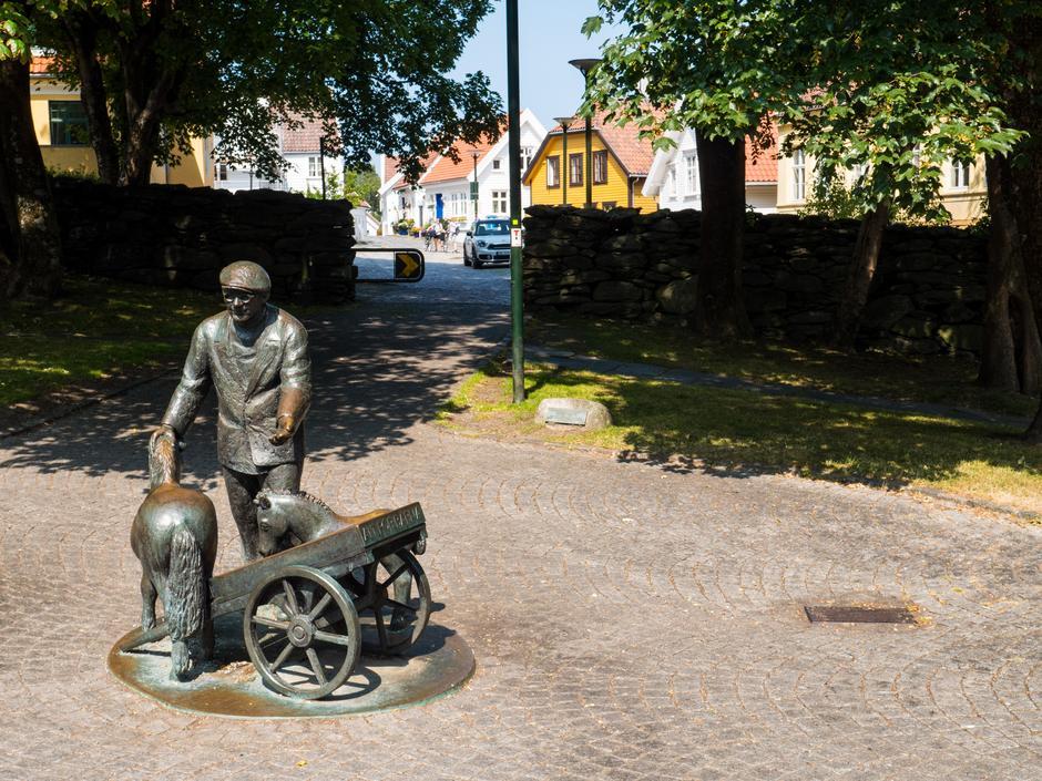VENNLIG MANN: Byoriginalen Lars H. Lende har fått sin egen statue i Lendeparken.