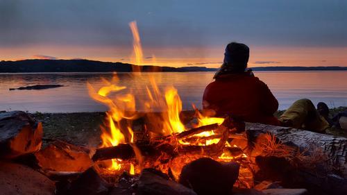 Kveldskos ved bålet etter en padletur fra Drøbak til Håøya. Herlig å nyte solnedgangen før kveldsmaten tilberedes på bålet!