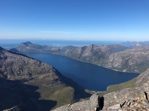 Fantastisk utsikt ut mot Mistfjorden sett fra Breiviktinden