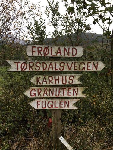 Skiltet ved Frøland viser vei mot Grånuten og Fuglen.