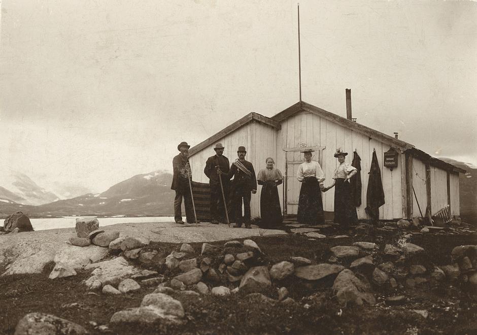 Tvindehougen ved Tyin. Bildet viser betegninga foran Tvindehaugs-bue i 1890; f.v. tilsynsmann Gudbrand A. Skattebo, Hans Heggland, Andris Jørstad, Ingebjørg Jørstad, Margrete Ellestad og Marit Rogne.