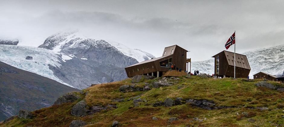 Nye Tungestølen Turisthytte er vakkert turmål inst på Veitastrond og hytta er open i haustferien fram til 13. oktober for servering.