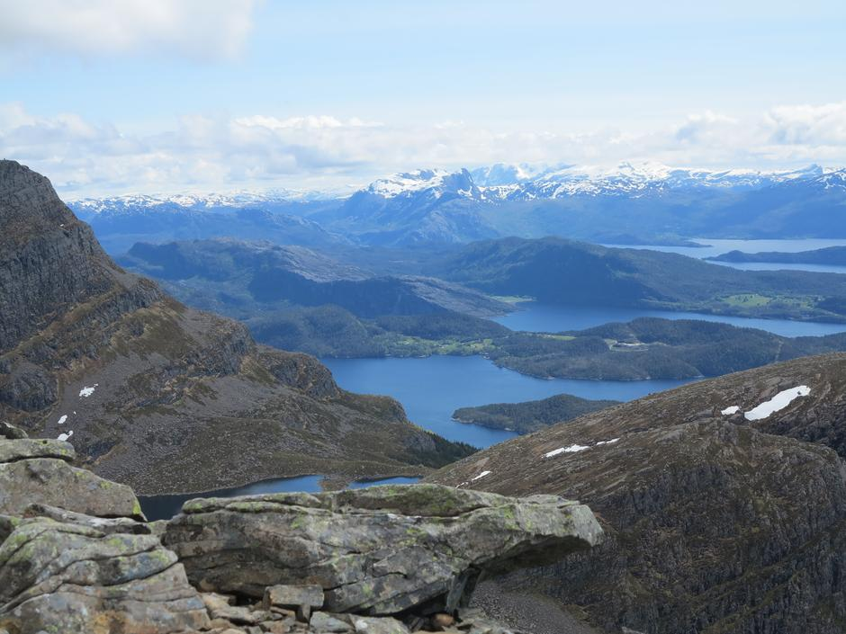 Utsikt mot mellom anna Håsteinen, Heilefjellet og Blægja.