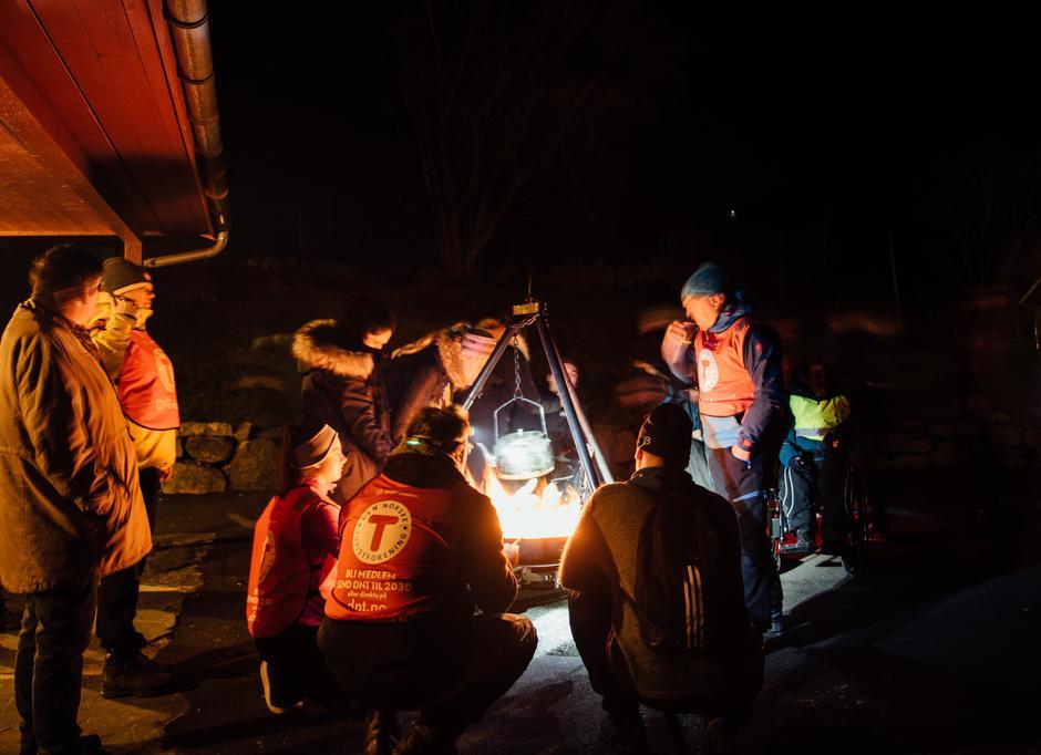 BÅLKOS: Turene avsluttes alltid med kveldsmat rundt bålet.