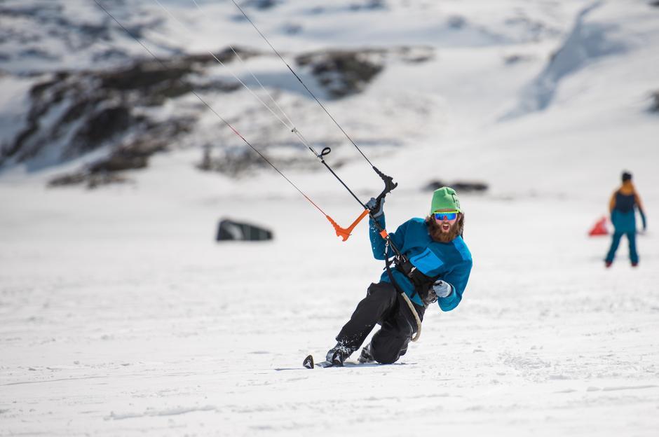 De åpne viddene og vannene rundt fjellstua egner seg perfekt for kiting. Jørgen og de andre kiterne drar dit vinden gir best forhold.