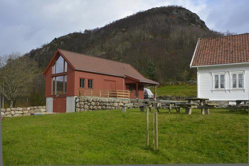 Friluftslåven og Gramstadhuset ligger like ved parkeringsplassen der du starter å gå tur.