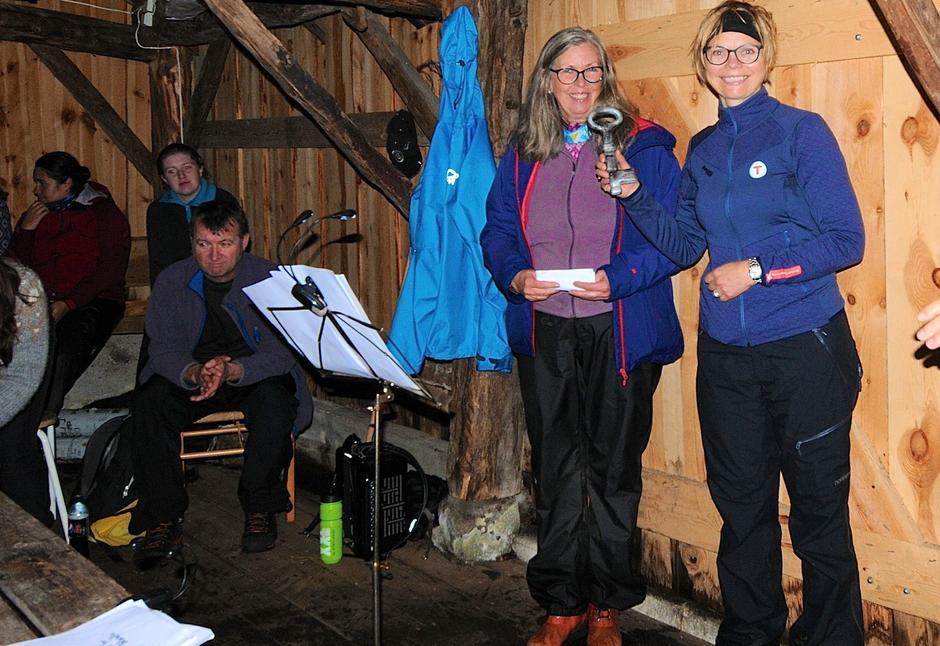 Eva Lanre Meling fra Forsand kommune overlater nøkkelen til Stavanger turistforening ved styreleder Gunhild Holtet Eie.