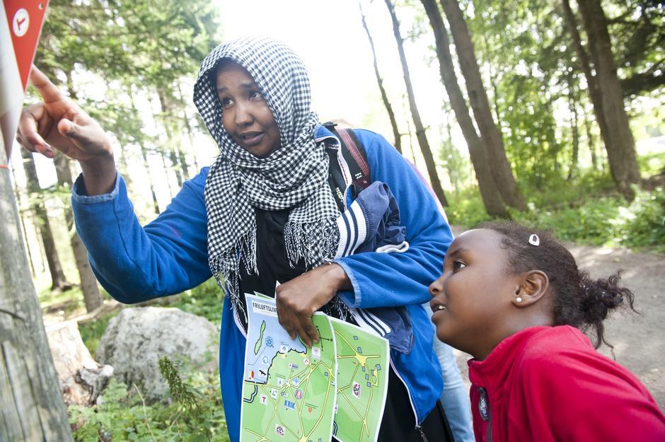 """- Jeg kan svaret! forteller Mariana Abdirahman (7) til mamma Deega Said når de prøver seg på spørsmålene i naturstien """"Turtippen""""."""