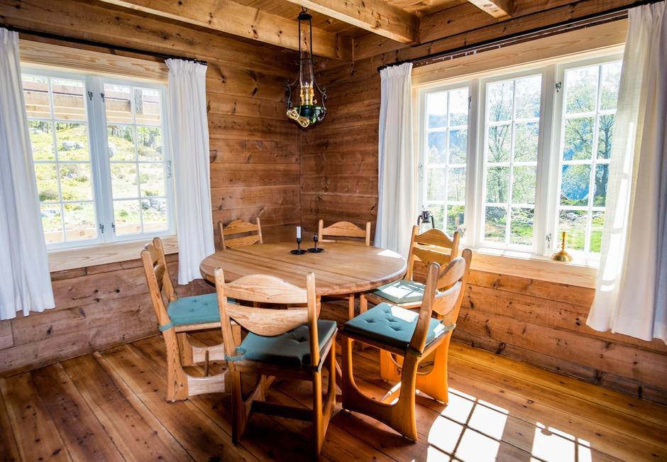 HJEMMEKOSELIG: Begge stuene er restaurert, slik at det vakre arbeidet til byggmester og bonde Johannes Bakken kommer frem.