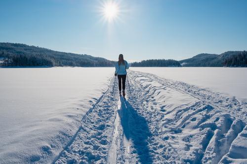 En strålende dag i starten av februar tok vi toget til Stryken og gikk gjennom hele nordmarka helt til Blinderen. Denne turen ble vinterens beste, sol og vindstille hele dagen. Bildet er tatt akkurat i det vi gikk ut av skogen og ut på Hakkloa og vinterlandskapet åpnet seg foran oss. Det er min venninne Marit Skaug Løyland i bildet (selv om det vel ikke er så lett å se) og jeg har tillatelse til å dele bildet.