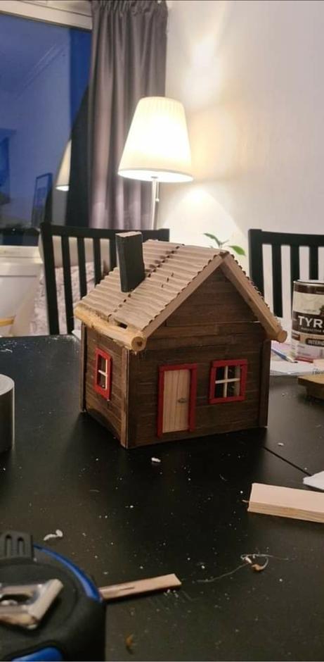 STRAKS FERDIG: Taket er laget i bølgepapp, som igjen er dekket med «torvtak».