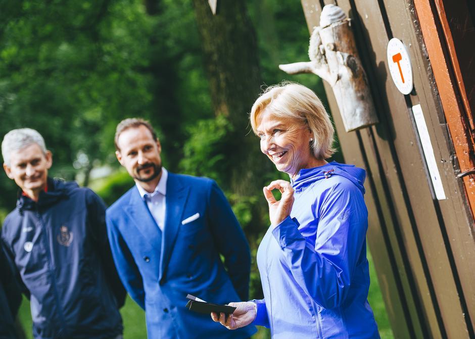 Fra høyre: Styreleder i DNT, Berit Kjøll, Kronprins Haakon og generalsekretær i DNT, Nils Øveraas.