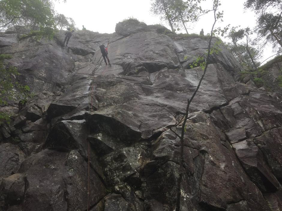 Rappelering ned ein 30 meter høg fjellvegg med sekkane på.