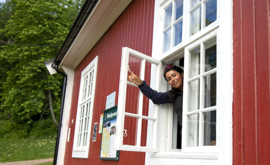 Hit til Blektjernstua utenfor Drammen tar Alisha Javid gjerne med seg ungdom som er nye i friluftslivet.