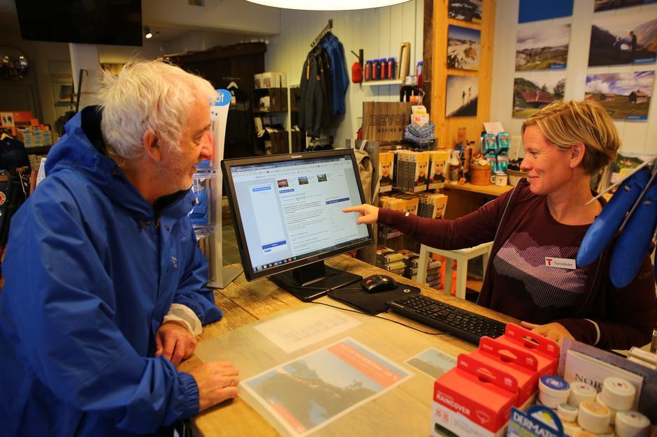 """Dag Arvid Enensen kom innom Tursenteret ens ærend for å signere kampanjen """"Ja til bevaring av kyst og fjell"""". Han ble nr 789 som signerte."""