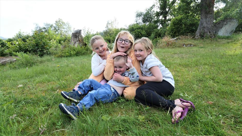 Vennskapsbånd knyttes fort! Fra venstre: Emilie, Isabel og Elise sammen med lille Edward.