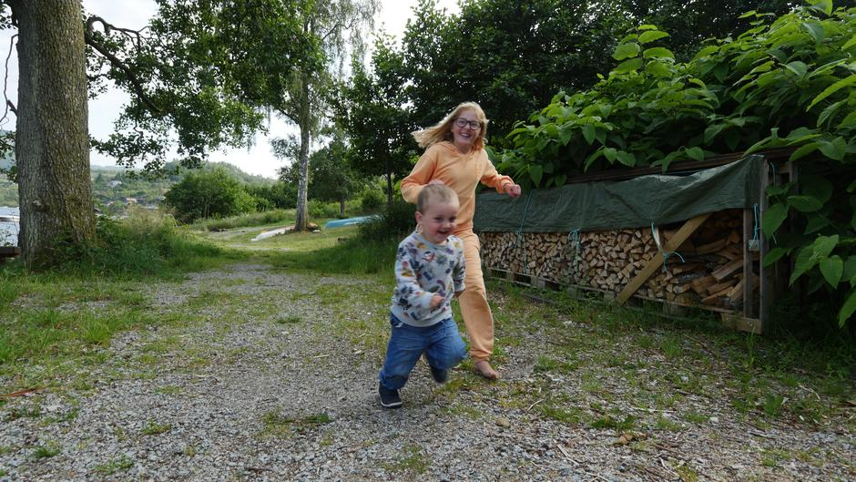 Det mangler ikke på energi og glede på skjærgårdsferie med Barnas Turlag! Her springer Isabel tur sammen med Edward.