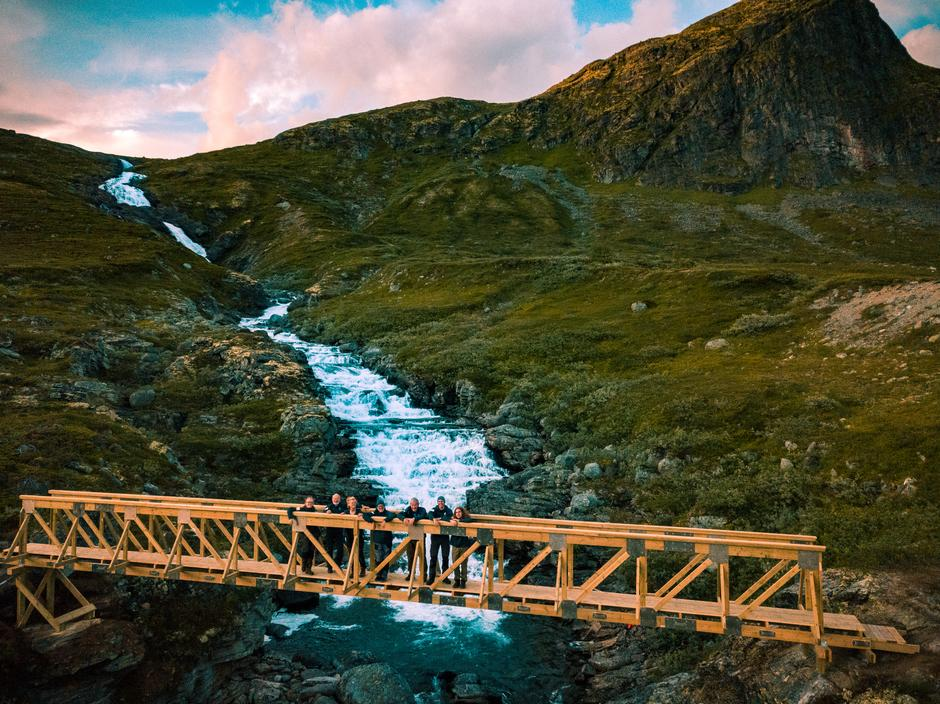 """Dugnadsgjengen """"Brulauget"""" fikk på plass ny bru over elva Høystakka sommeren 2019"""