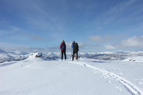 To glade turgåere (f.v. Nina Aas og Arild Westvik) på toppen av Finnslettheia.