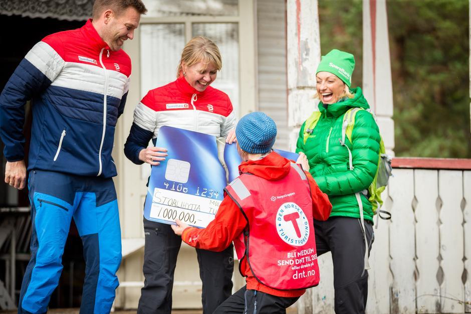 Daglig leder i MRT, Maria Holo Leikarnes, mottar gavesjekk fra Jørund Lillås, Karin Norsli og Siw Bergsås fra Sparebank1.