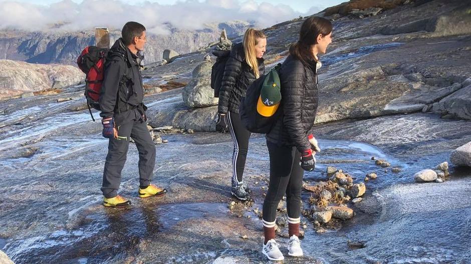 Kjettingene på Kjerag er tatt ned for vinteren. Fjellet og siten har et tynt isdekke. Brodder anbefales.