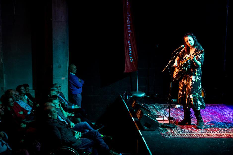 Musiker Joan Grayling på scenen.