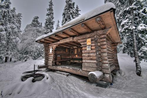 Kjerringfred gapahuk i vinterskrud