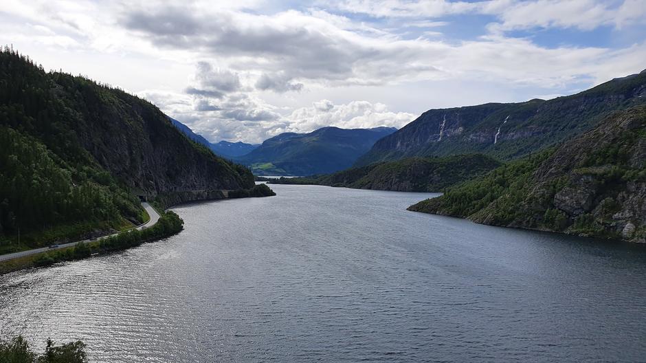 Utsikt over Vangsmjøse, langs Kongevegen ned fra Hugakøllen.