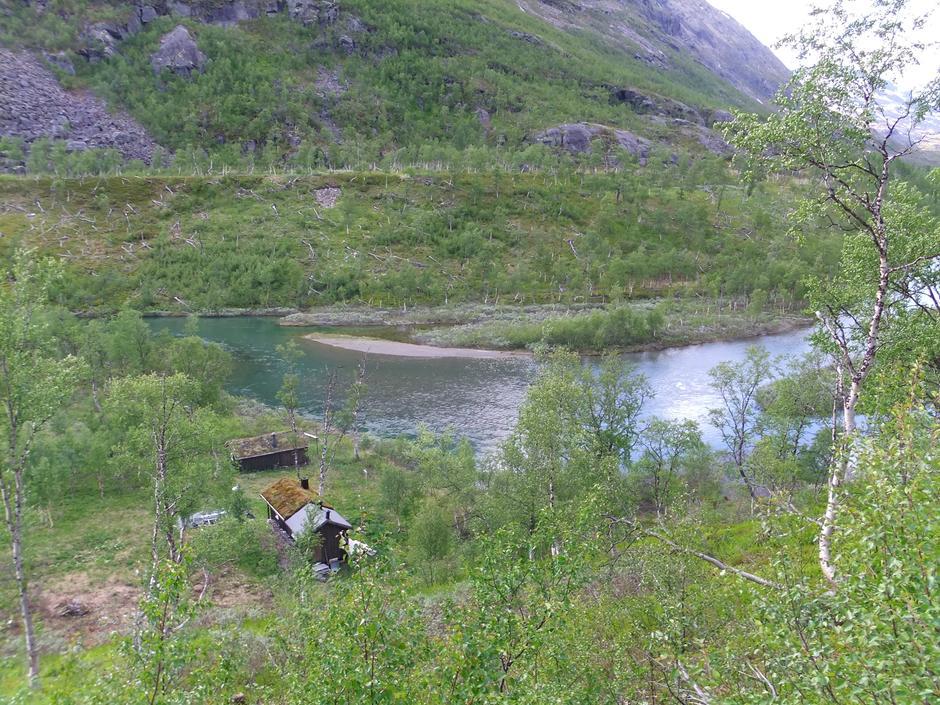 Argaladhytta ligger nydelig til ved elva, innhyllet i bjørkeskog.