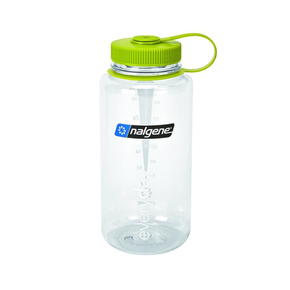 Hvorfor ikke en tom brusflaske? Fordi Nalgene tåler kokende vann, kan rengjøres i maskin, stor åpning og en solid kork. 1 liter. Kan brukes til gryterett, vaffelrøre og som varmeflaske. Kr. 160/199 medlem/ikke medlem